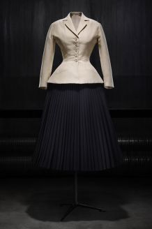 hbz-dior-at-denver-art-museum-christian-dior-bar-suit-afternoon-ensemble-in-shantung-and-pleated-wool-haute-couture-spring-summer-1947-corolle-line-1533734826