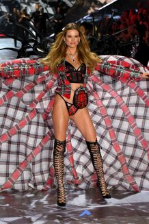 hbz-vs-fashion-show-2018-behati-prinsloo-gettyimages-1059370208