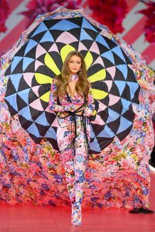 hbz-vs-fashion-show-2018-gigi-hadid-gettyimages-1059370502