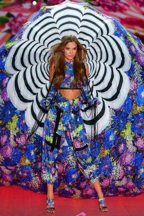 hbz-vs-fashion-show-2018-josephine-skriver-gettyimages-1059398328