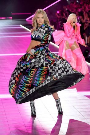 hbz-vs-fashion-show-2018-maggie-laine-gettyimages-1059371166